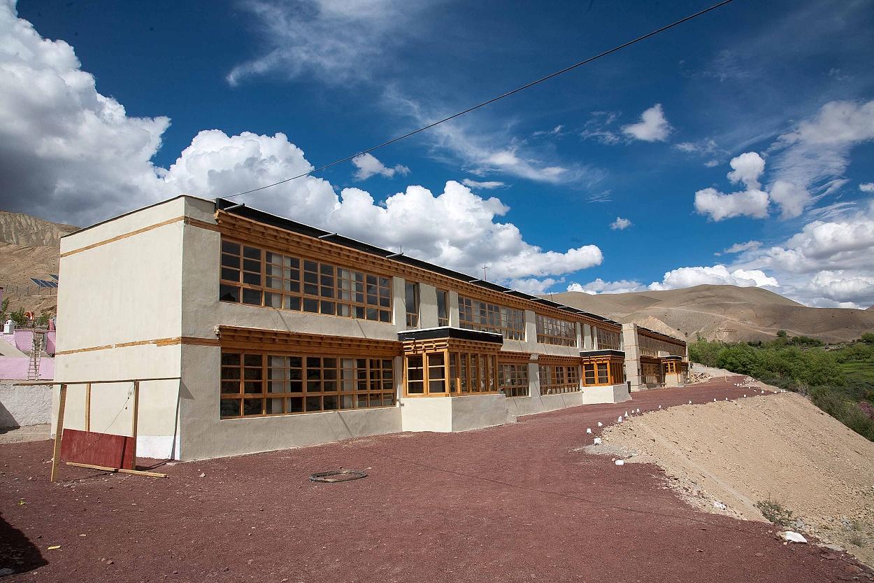 Budova-tříd-a-internátu-dokončená-ve-škole-předchozí-roky
