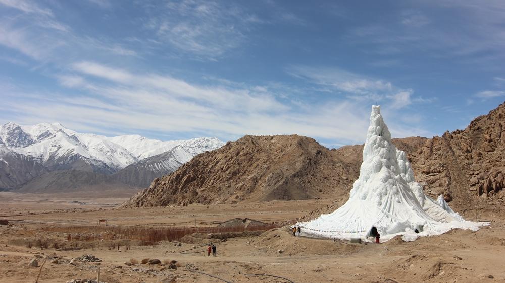 Výroba-uměleného-ledovce-ve-tvaru-stupy-na-zásobení-polí-v-průběhu-suchého-léta-pro-místa-kde-díky-globálnímu-oteplování-přišli-o-ledovce-nad-vesnicí-1