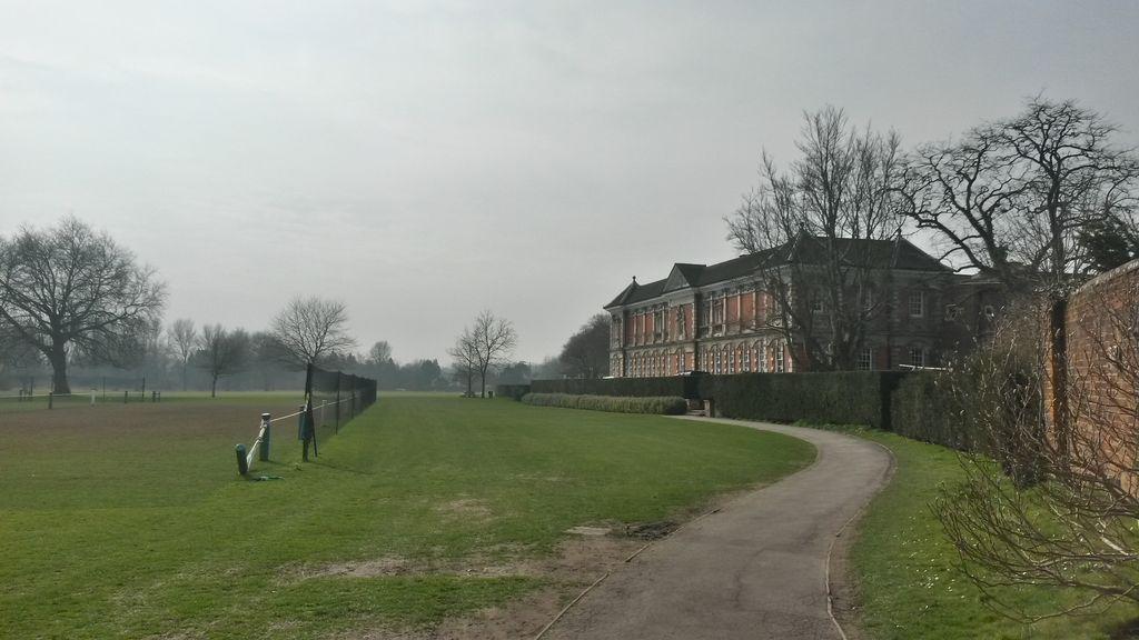 Science School, nalevo je vidět hřiště na winkies